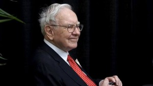 Berkshire Hathaway CEO Warren Buffett plays bridge during the Berkshire annual meeting weekend in Omaha, Nebraska May 3, 2015. REUTERS/Rick Wilking